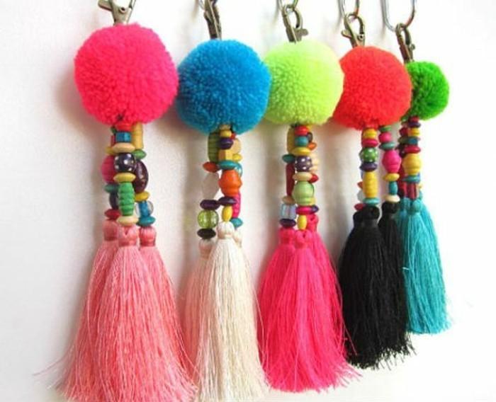 fabriquer-un-pompon-pendentif-colores-en-laine