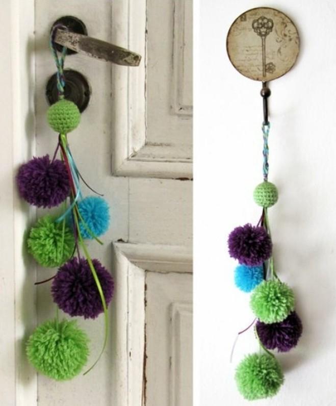 fabriquer-un-pompon-pendentif-porte-boules-vertes-violettes-et-bleues