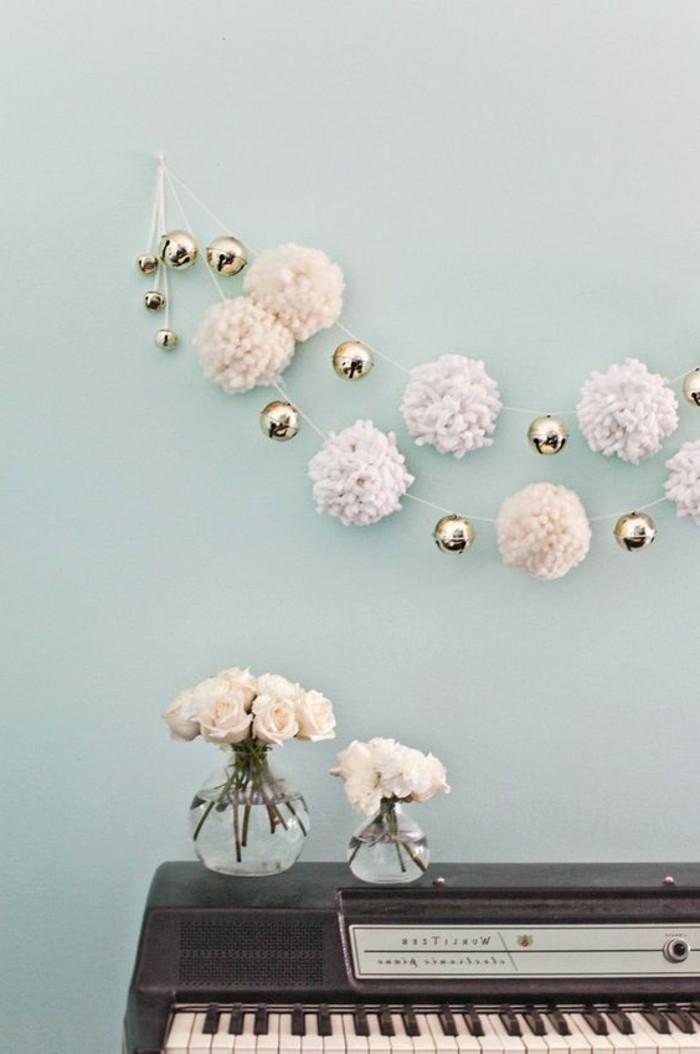 fabriquer-un-pompon-piano-vases-roses-blanches