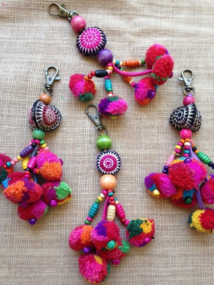 fabriquer-un-pompon-porte-cle-cadeau-ideale-couleurs-rose-bleu-violet