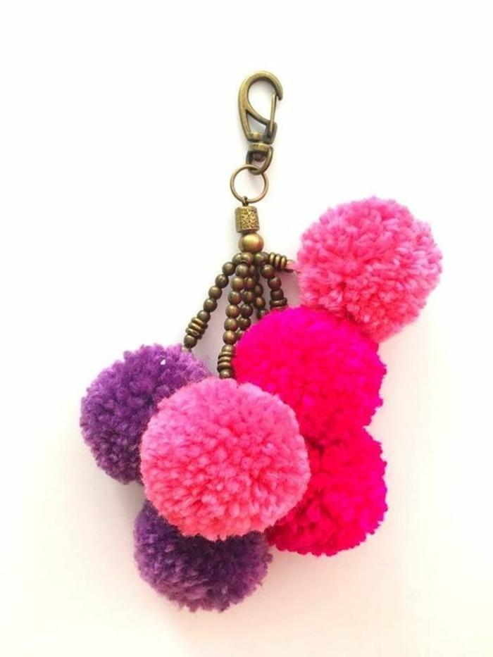 fabriquer-un-pompon-porte-cle-femme-violet-rose