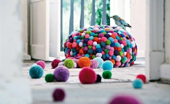 fabriquer-un-pompon-tabouret-multicolore-decoration-oiseau