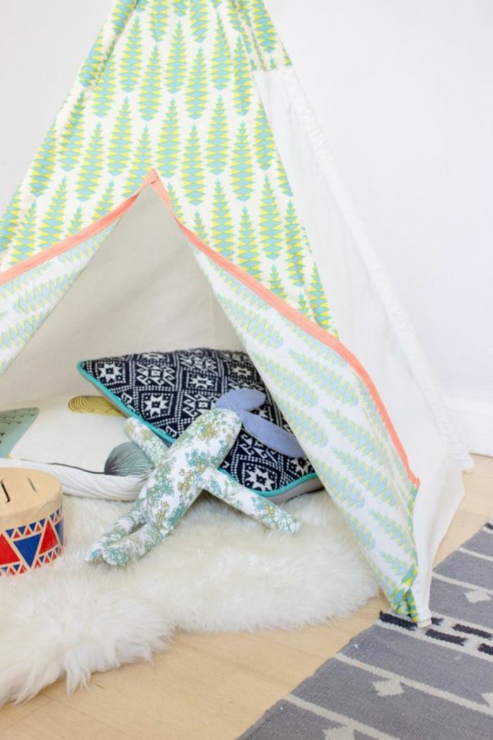 fabriquer-un-tipi-enfant-soi-meme-toile-a-motifs-de-sapins-tapis-blanc-jouets-coussins