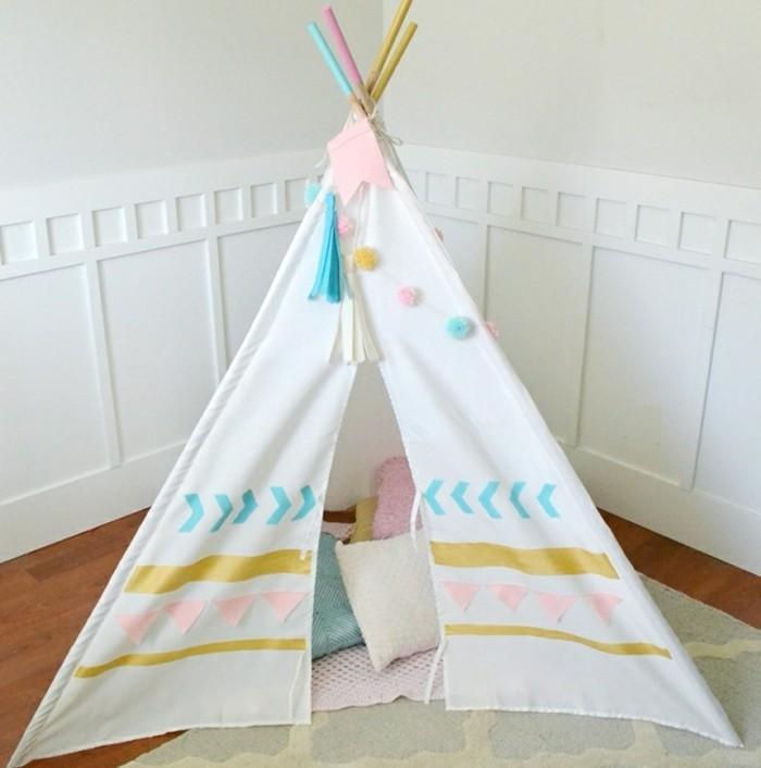 fabriquer-un-tipi-toile-blanche-a-motifs-de-couleurs-diverses-petits-coussins-de-couleurs-douces