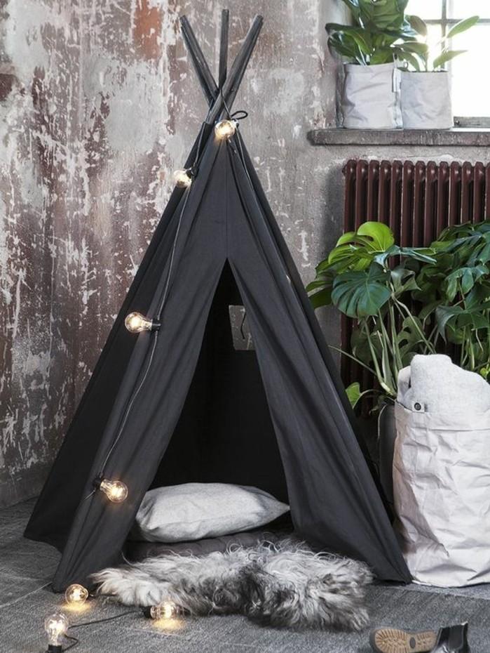 fabriquer-un-tipi-toile-noire-oreiller-tapis-guirlande-lumineuse-composee-d-ampoules-electriques-pour-un-interieur-industriel