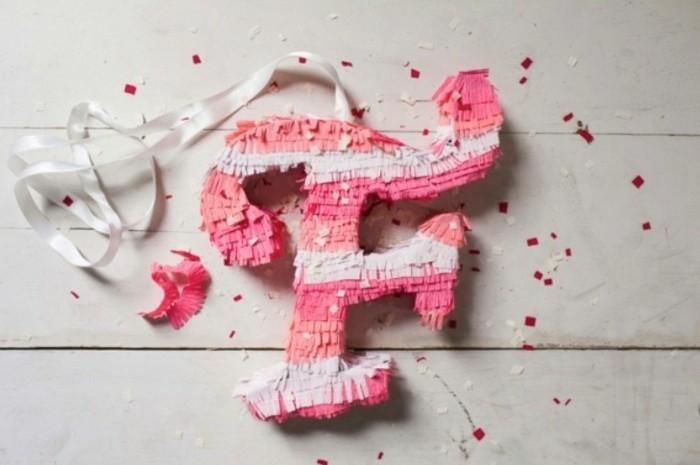 fabriquer-une-pinata-anniversaire-personnalisee-monogramme-en-rose-et-blanc-diy