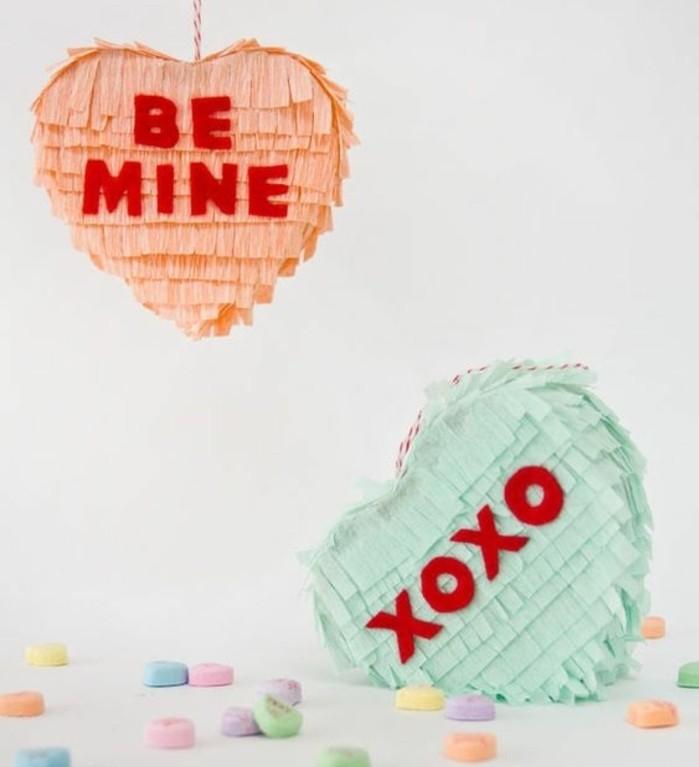fabriquer-une-pinata-en-forme-de-coeur-soi-meme-pinata-remplie-de-bonbons-pour-la-fete-de-saint-valentin