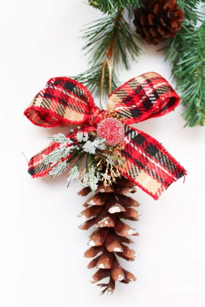idée bricolage noel facile, diy ornement de sapin Noël en pomme de pin, exemple de jouet de sapin fait main