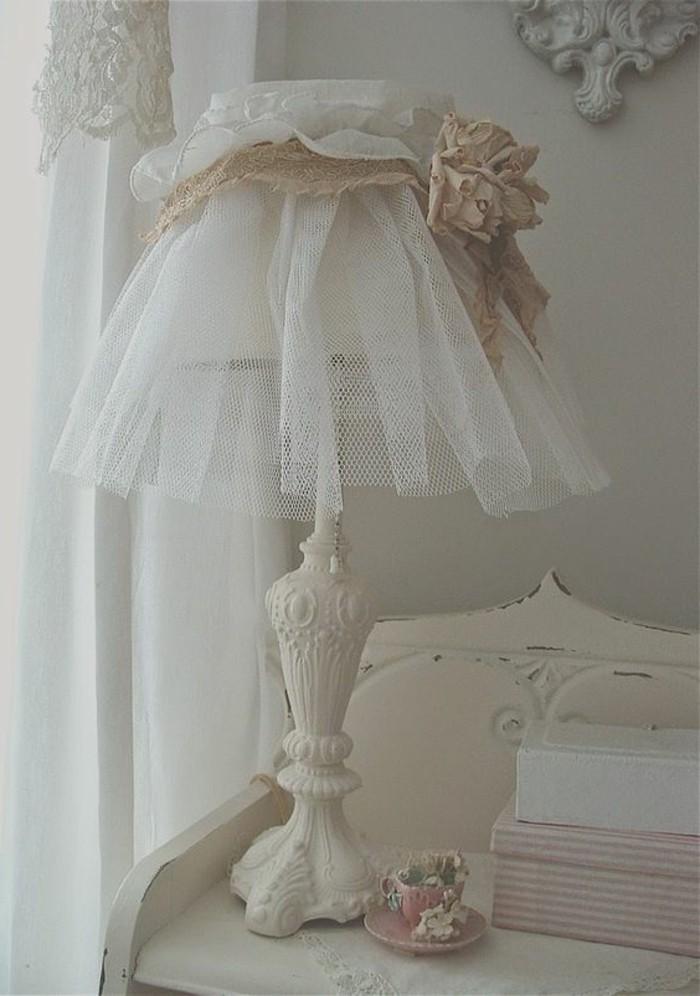 filet-blanc-serre-d-une-bande-decoree-d-une-fleur-en-guise-d-abat-jour-idee-comment-fabriquer-un-abat-jour