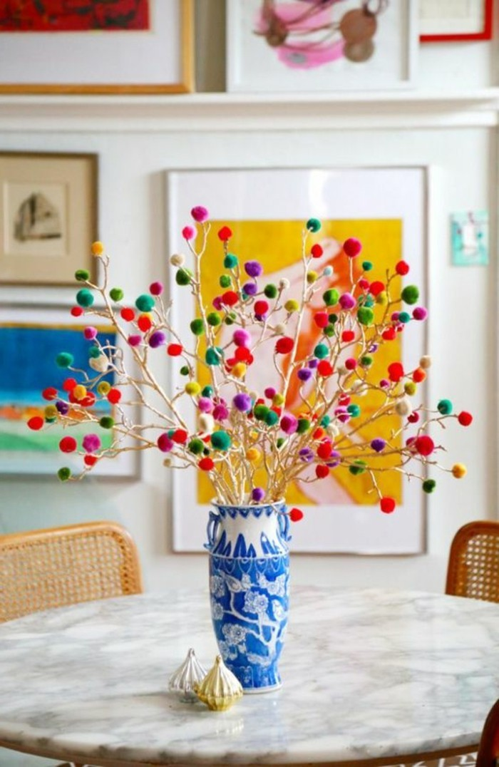 fleur-pompon-vase-bleue-fleurs-decoratives-chaise-table-en-marbre