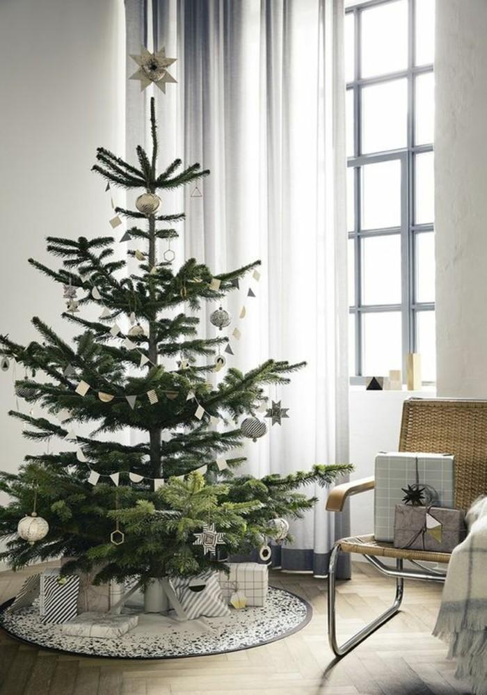 geant-sapin-de-noel-decoration-ideale-festive-etoile-argente