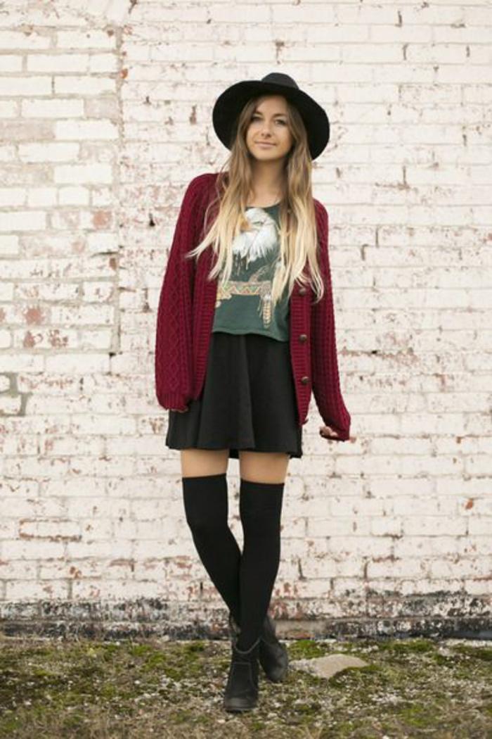 gilet-jupe-evasee-t-shirt-imprime-chaussettes-hautes-femmes