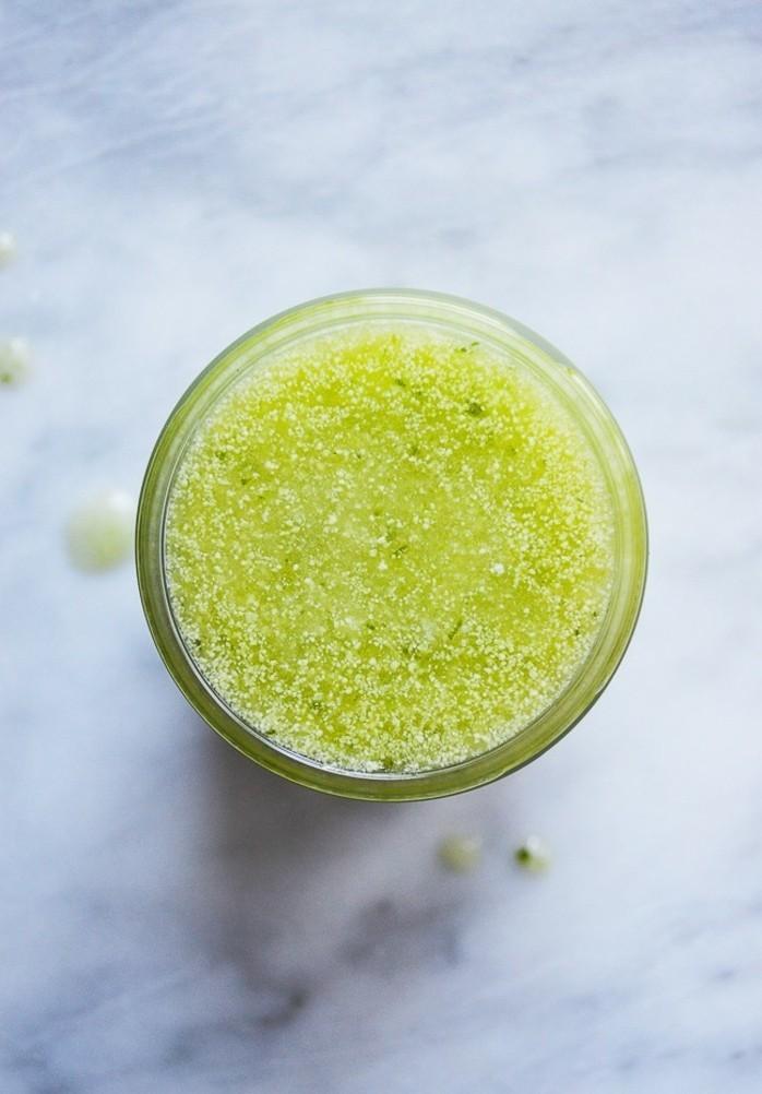 gommage-au-sucre-appaisant-avec-concombre-idee-facile-a-realiser