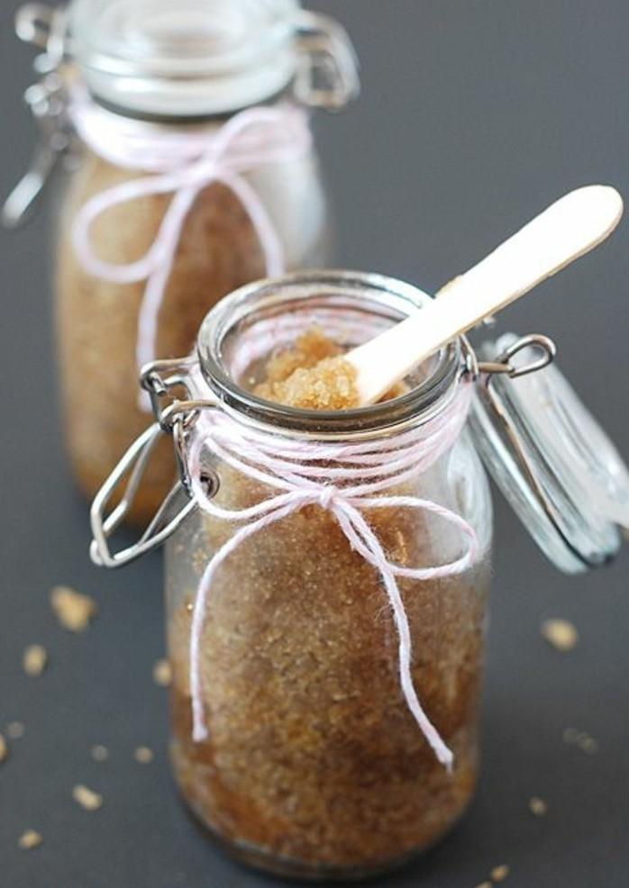 gommage-fait-maison-melange-de-sucre-roux-et-du-miel