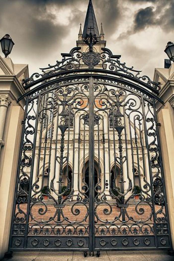 grille-fer-forge-eglise-lanternes-dexterieur-noires-air-mystique-colonnes-massives