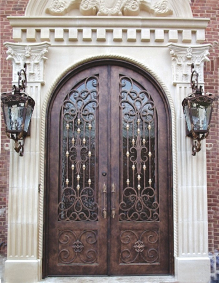 grille-fer-forge-facade-en-briques-arc-en-platre-colonnes-decoratifs-lanternes-exterieures