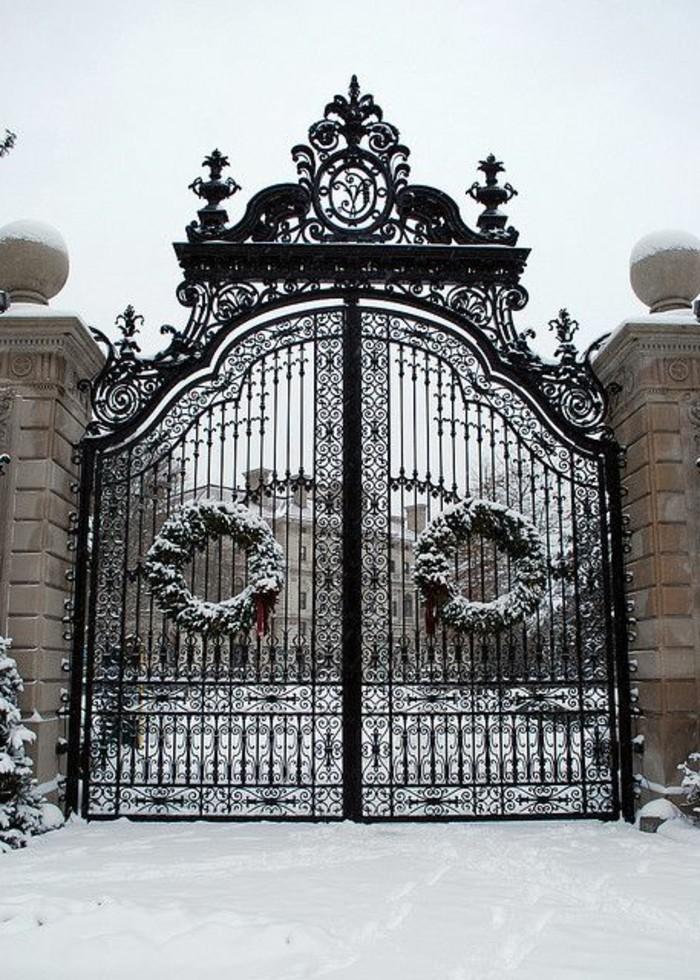 grille-fer-forge-nature-enneigee-guirlandes-de-noel-portails-massifs-motifs-reguliers
