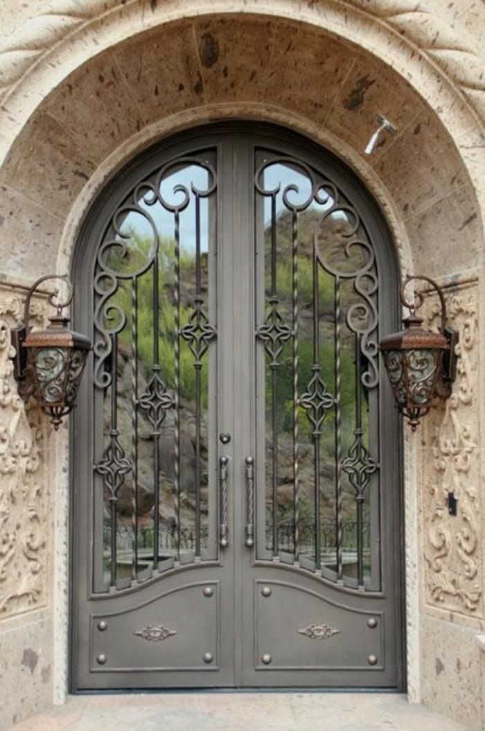 grille-fer-forge-porte-double-en-verre-lanternes-anciennes-decorations