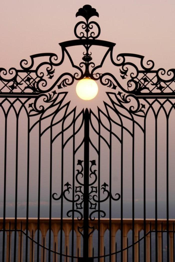 grille-fer-forge-vue-stupefiante-portails-vers-le-paradis-lampe-exterieur