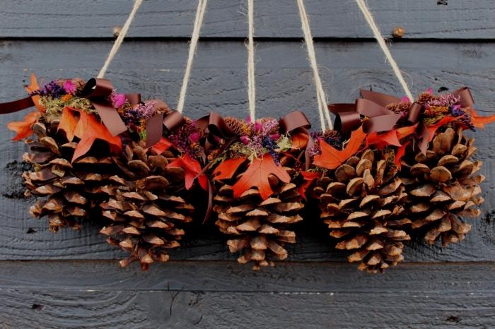 fabriquer une jolie décoration porte d'entrée pour noel, idée decoration pomme de pin, diy suspension en pomme de pin
