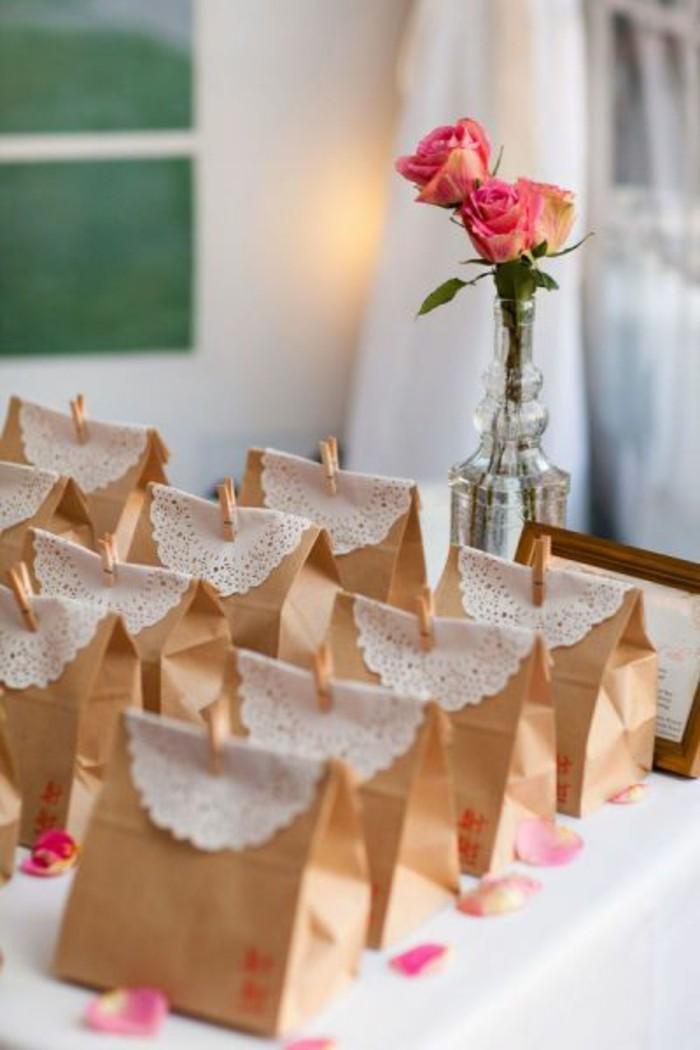 idee-fete-de-mariage-petits-sacs-kraft-avec-dentelles