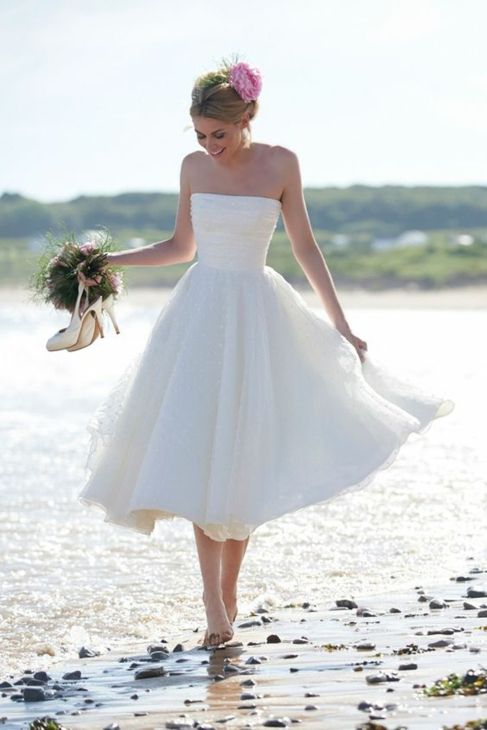 idee-robe-de-mariee-simple-courte-robe-de-mariee-simple-au-bord-de-la-mer