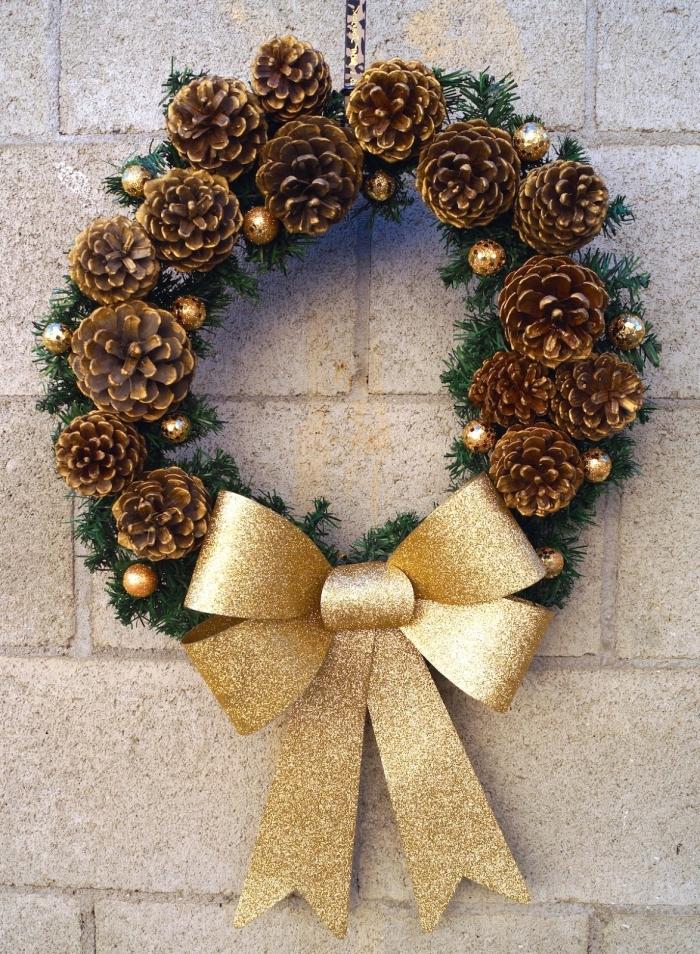 modèle de couronne de Noël fait main, exemple de bricolage pomme de pin facile à réaliser soi-même, couronne de Noël DIY