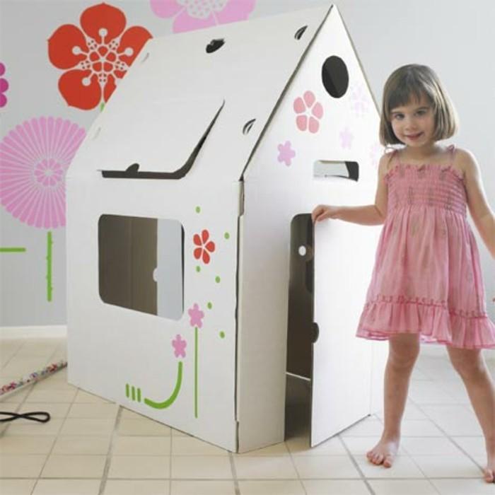idee-comment-construire-une-cabane-enfants-pour-une-fille-maisonnette-blanche-en-carton-decore-de-dessins-de-fleurs