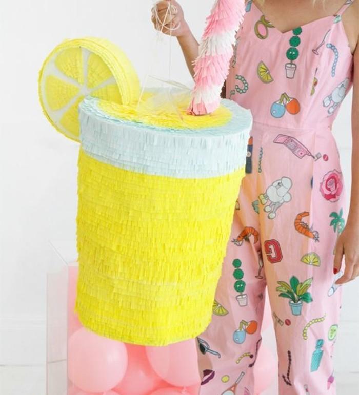 idee-de-pinata-en-forme-de-cocktail-enorme-pour-votre-soiree-pyjama-decoration-de-papier-a-franges