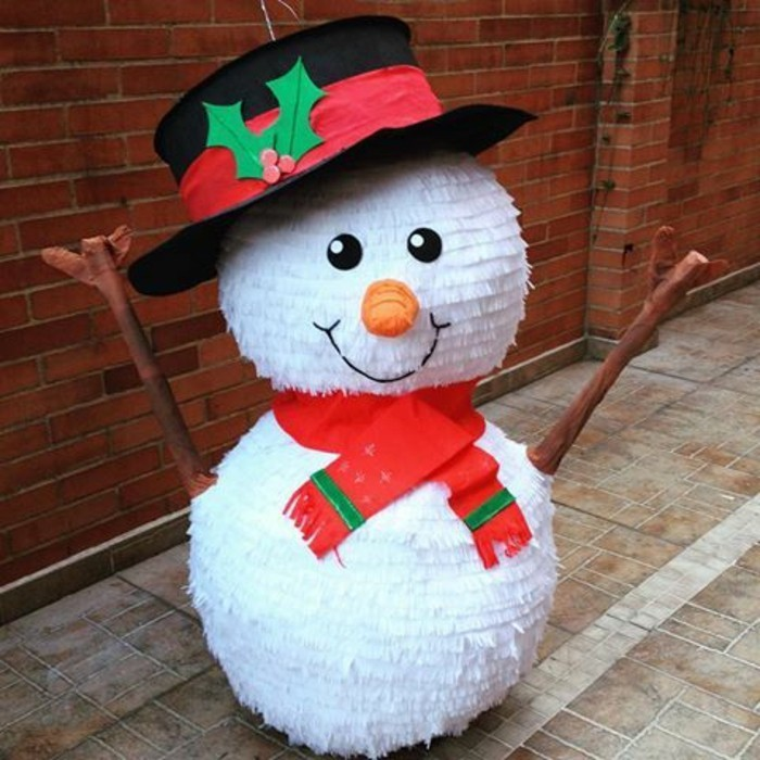 idee-de-pinata-pour-noel-comment-faire-une-pinata-en-forme-de-bonhomme-de-neige-avec-une-echarpe-et-chapeau