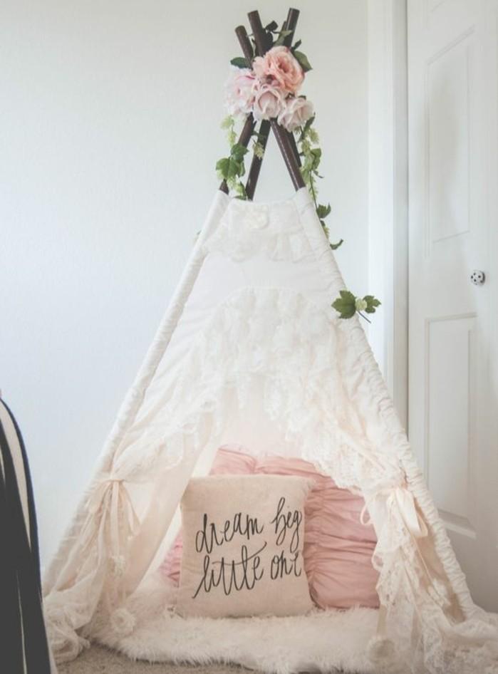 idee-de-tipi-pour-enfant-fille-toile-blanche-a-broderies-tpis-blanc-decoration-florale-au-sommet