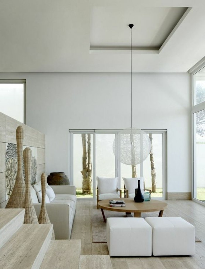 idee-deco-salon-blanc-et-bois-clair-lampe-design-suspendu-table-ronde-en-bois-clair
