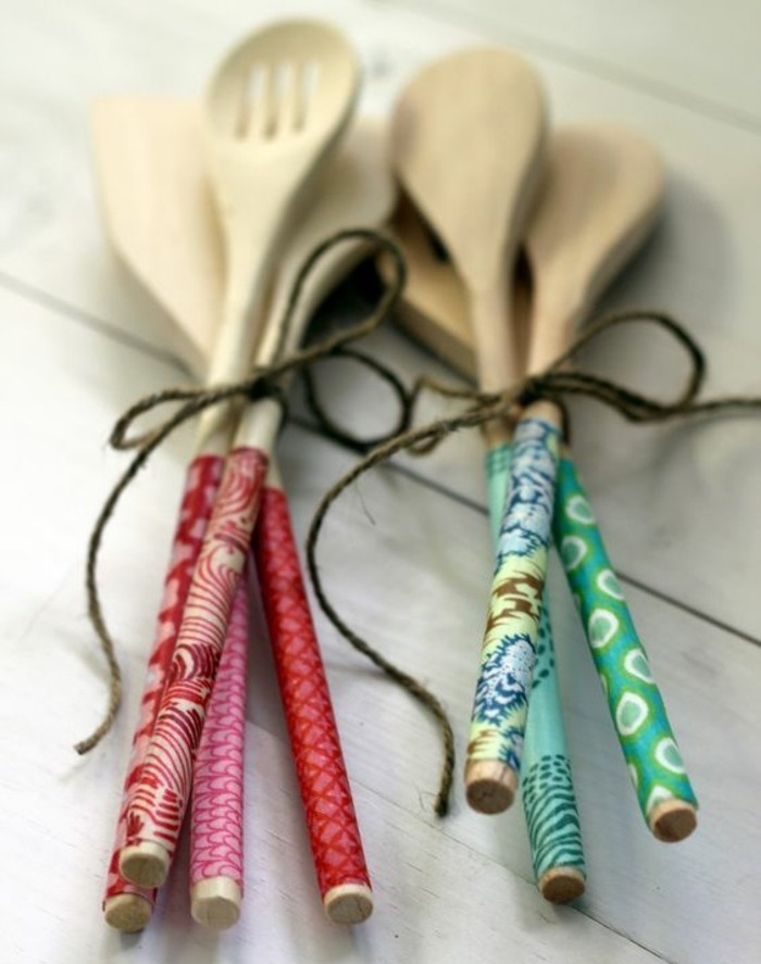 idee-geniale-pour-decorer-ses-ustensiles-de-cuisine-avec-du-ruban-adhesif-decoratif