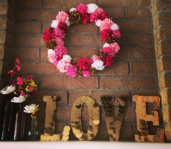 idee-pour-fabriquer-une-couronne-de-fleurs-fleur-en-papier-de-soie-couleur-blanche-rose-rouge-et-marron