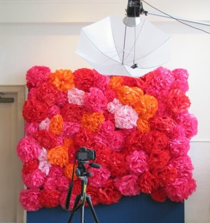 idee-superbe-de-mur-composee-de-pompon-papier-de-soie-qui-va-servir-de-fond-pour-une-seance-photo