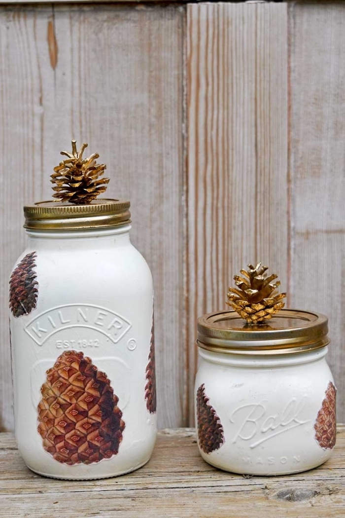 exemple de decoration pomme de pin sur bocal en verre, modèles de jar customisés avec peinture et pomme de pin