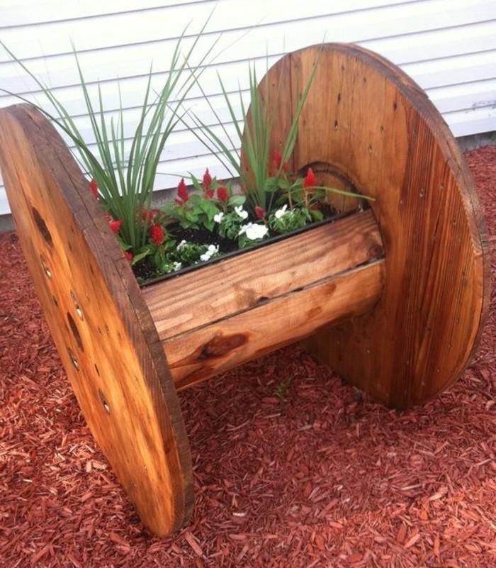 jardiniere-en-bois-diy-idee-que-faire-avec-un-touret-deco-jardin-a-fabriquer-soi-meme-resized