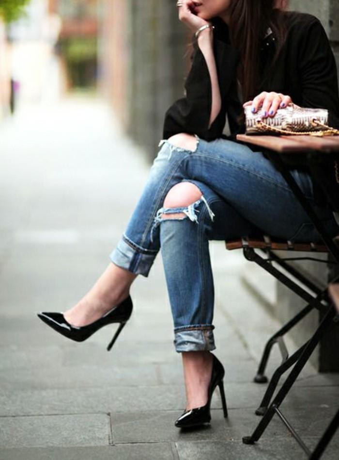 jean-troue-au-genou-chaussures-noires-a-talon-bijoux-en-or-onles-violettes-brillants-veste-noire