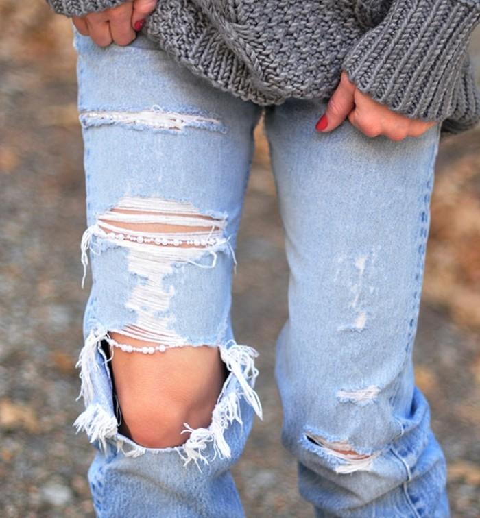 jean-troue-au-genou-modele-automne-hiver-decoration-en-perles-blanche-pull-over-gris
