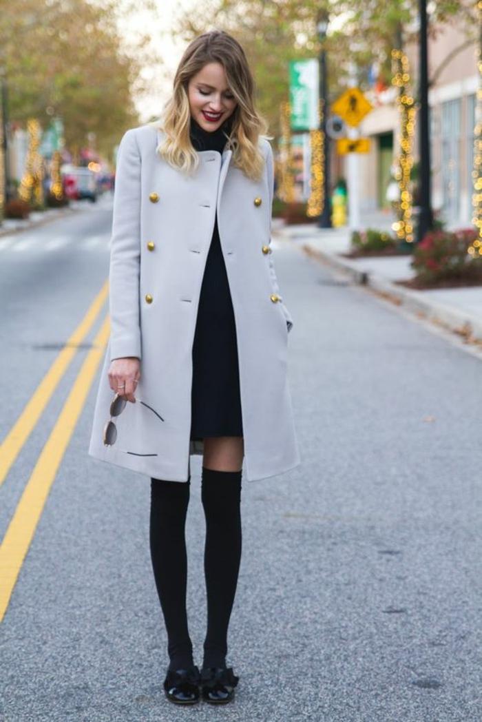 joli-manteau-gris-a-boutons-dor-jambieres-en-coton-noires