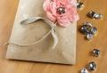 Décorer un petit sachet kraft – idées originales pour un sac cadeaux