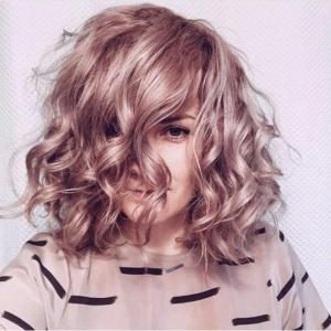 Différentes façons de boucler ses cheveux illustrées en 51 photos.