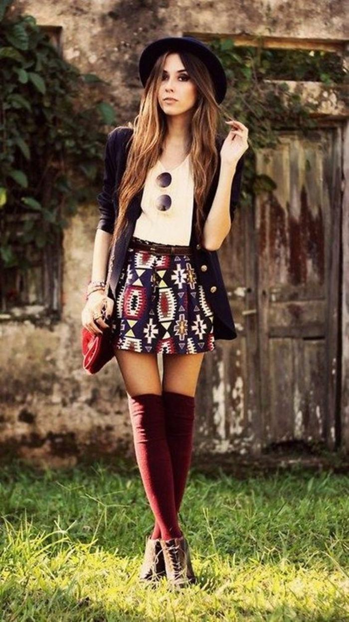 jolie-jupe-a-motifs-chaussettes-montantes-bordeaux