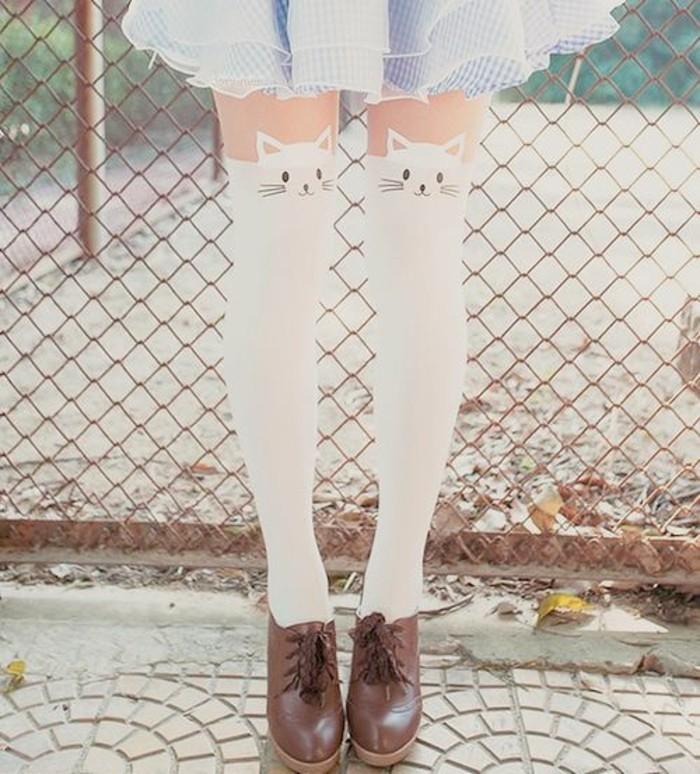 jolie-modele-de-collant-jambieres-a-motifs-chats-jupe-courte