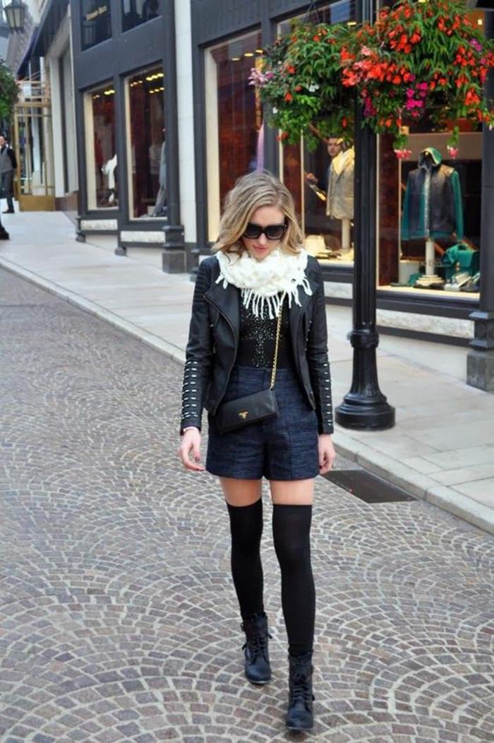jolie-tenue-chaussettes-montantes-noires-en-coton-shorts-et-veste-en-cuir