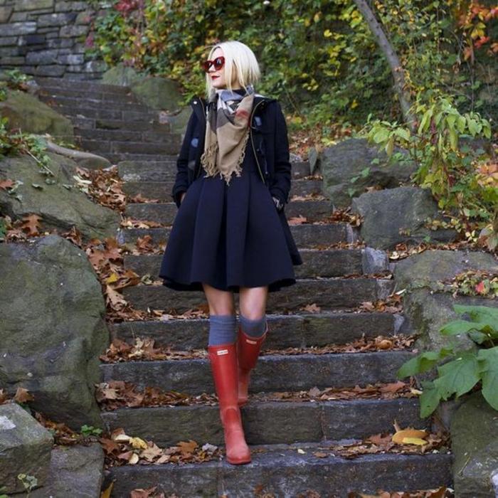 jupe-evasee-noire-echarpe-chaussettes-montantes-bottes-de-pluie