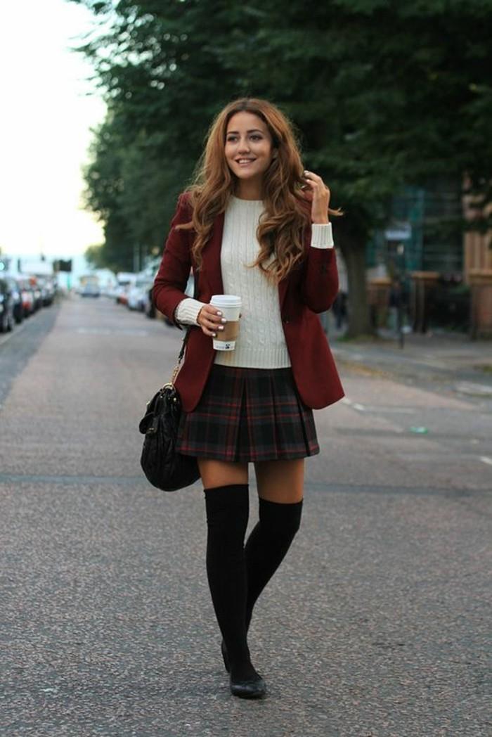 jupe-courte-ecossaise-pull-en-laine-blanche-chaussetes-hautes-en-coton