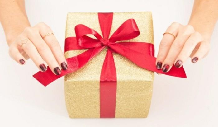l-ongle-pour-noel-nail-art-fete-idee-nail-art-ongles-noel-present-cadeau