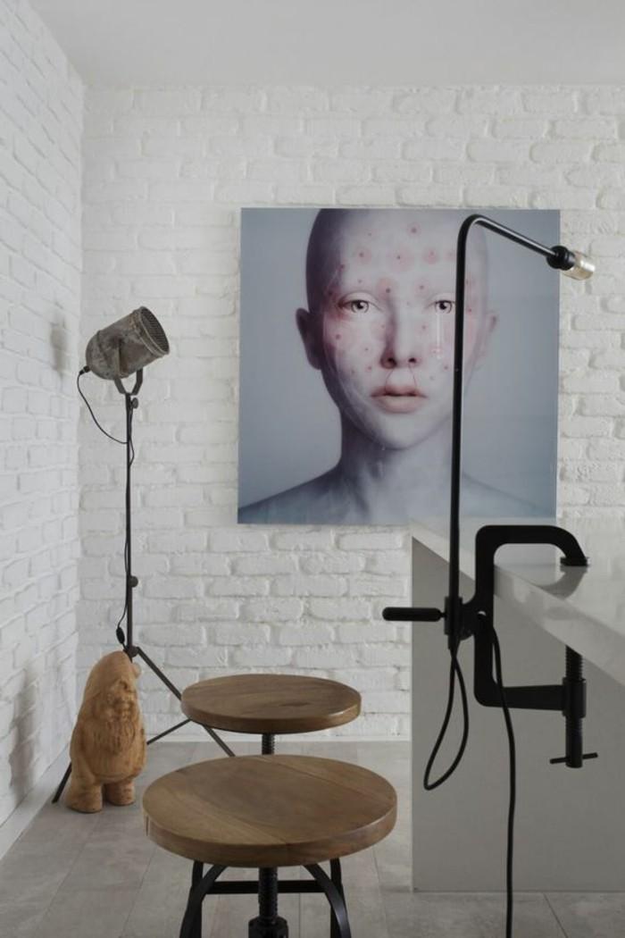 lampe-a-pince-deux-tabourets-mur-en-briques-blanches
