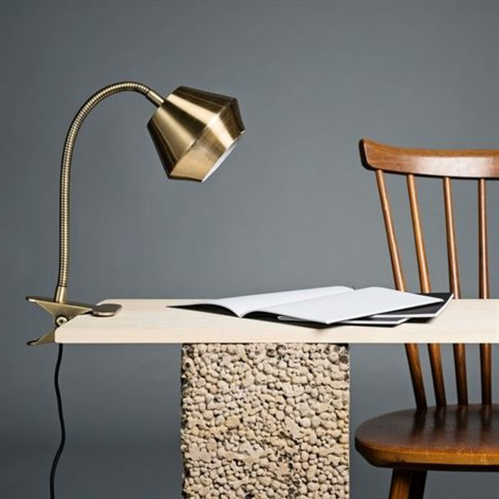 lampe-de-travail-souple-design-original-accrochee-a-une-table-design